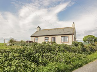 CRAWS NEST BUNGALOW, WiFi, sea views, in Glenluce