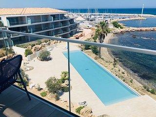 Luxueux appartement pour 6 personnes en bord de mer avec piscine a debordement