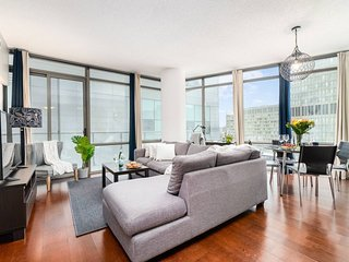 Luxurious 2-Bedroom Condo (Downtown Core)