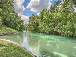Comal Riverfront condo with direct River access, walk to downtown!