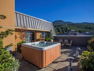 Stunning SLOPESIDE 1 Bedroom Suite with Private Balcony and Hot Tub!!!