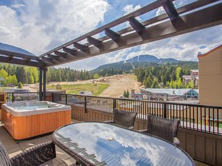 PRIVATE Hot Tub! Ski-in/Ski-out Location! Fireplace + Outdoor Pool