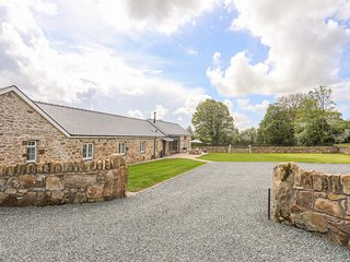 CARROG BARN, country views, near Llangefni