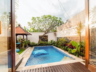 *FILLING FAST!* Private&Spacious Villa w/ Projector, Pool & Parking