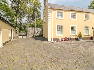 THE STABLES, pet friendly, country holiday cottage, with a garden in Corofin