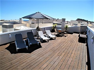 Penthouse Elegance, Air Con, WiFi, private roof terrace, sleeps 6