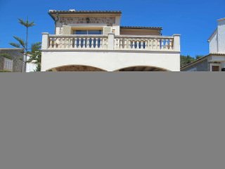 4 bedroom Villa with Air Con, WiFi and Walk to Beach & Shops - 5649708
