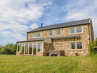 DUDDLE COTTAGE, en-suite bedrooms, woodburner, hot tub, ideal for families, in