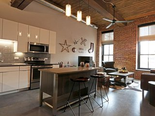Hip 2BR Loft w/Club Amenities, 10 minutes fr NYC