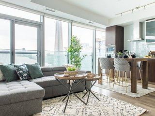 Trendy 2-Bedroom Condo (Amazing CN Tower Views)
