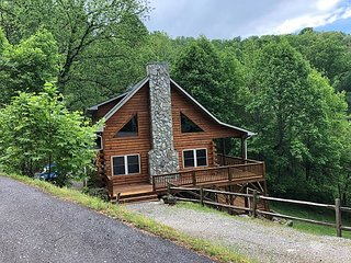 4 BR 3 BA Luxury Log Super Views, Hot Tub, Easy Paved Access, WIFI, GameRoom
