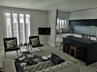 Neat & modern cottage in Green Point , Atlantic Seaboard , Cape Town