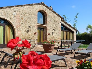 Villa La Francigena barn shaped holiday villa w pool in S.Gimignano (Tuscany)