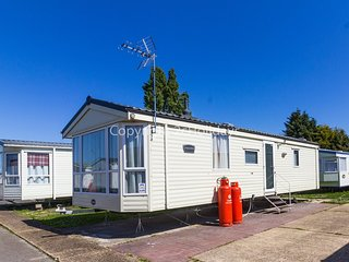 6 berth caravan for hire in Seawick holiday park in Essex ref 27040R