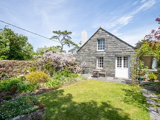 Cottage, sleeps 7 next to creek leading to River Camel, nr Padstow