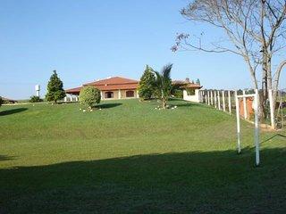 Lindo Local totalmente gramado com jardim e pomar.
