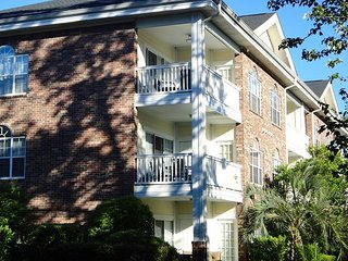 Relaxing and comfortable 2 bedroom condo close to MYR on a golf course