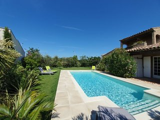 3 bedroom Villa with Pool, Air Con, WiFi and Walk to Shops - 5341527