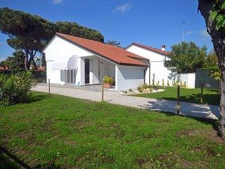 Villa ristrutturata al piano terra con ampio giardino in angolo