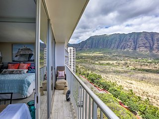 NEW! Executive Condo w/Pool, 1 Mi to Makaha Beach!