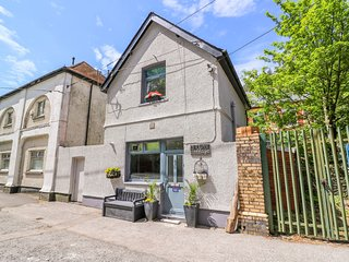 RIVER COTTAGE, open-plan, romantic, pet-friendly, in Cymmer