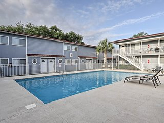 Biloxi Townhome w/ Pool on Casino Bus Route!