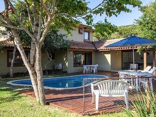 Linda casa com 5 suítes, em condomínio, à poucos metros da Praia do Forno BZ131