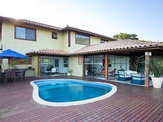 Linda casa com quatro suítes, em condomínio na Praia do Forno BZ130