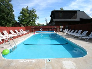 6 bdrm sleeps 22 with Private Hot Tub- Resort Amenities Included Free