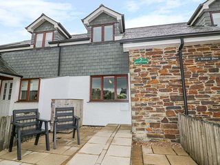 SUNFLOWER COTTAGE, perfect for families, garden, in St Issey