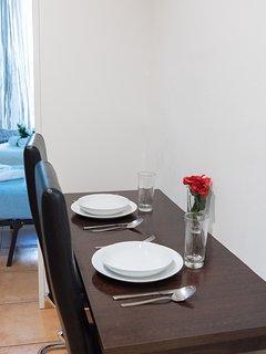 Vista de la mesa de comedor / View of the dining table
