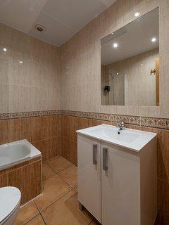 Cuarto de baño (Lavabo, ducha y WC) / Bathroom ( Sink, shower and WC)