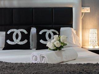 Vista de la cama con toallas / View of the bed with towels