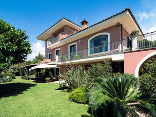 6 bedroom Villa with Pool, Air Con, WiFi and Walk to Shops - 5247305