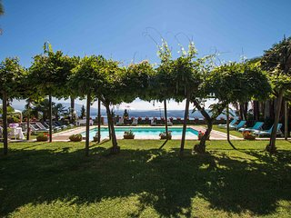 6 bedroom Villa with Pool, WiFi and Walk to Shops - 5248384