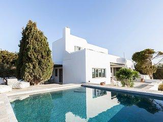 Santa Maria Villa Sleeps 11 with Pool and WiFi - 5248744