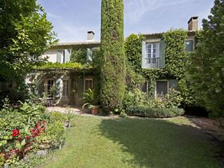 Saint-Remy-de-Provence Villa Sleeps 13 with Pool and WiFi - 5248835