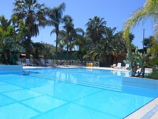 2 bedroom Apartment with Pool and WiFi - 5636110