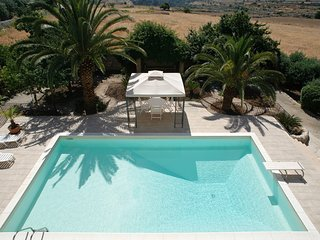 4 bedroom Villa with Pool, Air Con, WiFi and Walk to Shops - 5247410