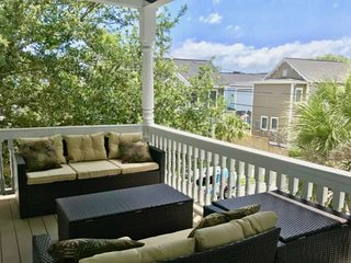 Pet Friendly Urban Retreat w Private Balcony, Open Kitchen and Hardwood Floors.