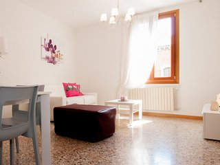 2 bedroom Apartment with Air Con, WiFi and Walk to Shops - 5248527