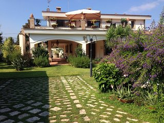 6 bedroom Villa with Pool, WiFi and Walk to Beach & Shops - 5312796