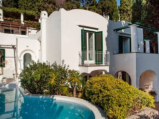 Capri Villa Sleeps 6 with Pool and Air Con - 5248140