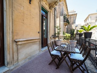 Noto Apartment Sleeps 4 with Air Con and WiFi - 5247432
