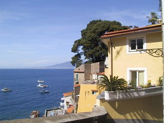 Sorrento Apartment Sleeps 3 with Pool and WiFi - 5639280