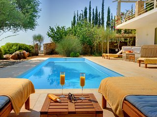 3 bedroom Villa with Pool, Air Con, WiFi and Walk to Shops - 5248676