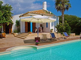 2 bedroom Villa with Pool, Air Con, WiFi and Walk to Shops - 5345596
