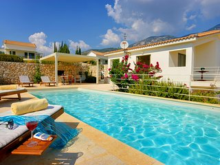 2 bedroom Villa with Pool, Air Con, WiFi and Walk to Shops - 5248677