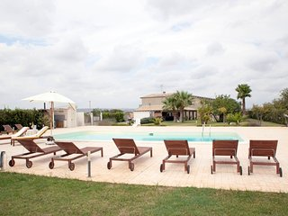 9 bedroom Villa with Pool, Air Con, WiFi and Walk to Shops - 5639309