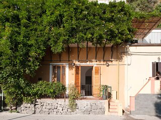 Acireale Villa Sleeps 4 with WiFi - 5247315
